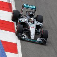 Hamilton aventaja en más de medio segundo a sus rivales en los Libres 2 - LaF1