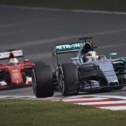 Sebastian Vettel rodando detrás de Lewis Hamilton - LaF1