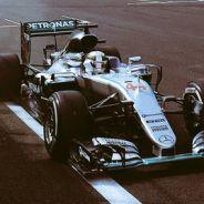 Hamilton cruzando la línea de meta en México - LaF1