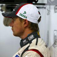 Nico Hülkenberg en el interior del box de Sauber - LaF1