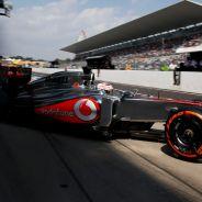 Jenson Button sale del Pit Lane de Suzuka - LaF1