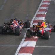 Daniil Kvyat y Max Verstappen luchan en Singapur - LaF1