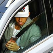 Hamilton, cazado con su iPhone mientras conducía - LaF1