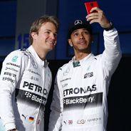 Lewis Hamilton se hace un 'selfie' con Rosberg y el W06 - LaF1.es