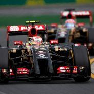 Pastor Maldonado, por delante de Romain Grosjean en el pasado Gran Premio de Australia - LaF1