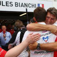 Lowdon abrazándose a Bianchi en Mónaco 2014 tras lograr sus primeros puntos - LaF1