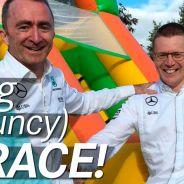 Lowe y Cowell, cara a cara en una carrera de obstáculos inflable - LaF1