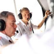 Kevin Magnussen en el pit wall de McLaren - LaF1
