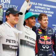 Lewis Hamilton posa sonriente entre Sebastian Vettel y Nico Rosberg - LaF1