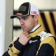 Pastor Maldonado pensativo durante los test de Barcelona - LaF1
