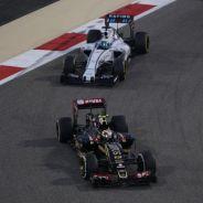 Pastor Maldonado rodando por delante de Felipe Massa en Baréin - LaF1
