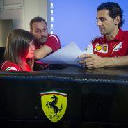 Marta Ariza y Pedro de la Rosa, en el simulador de Ferrari - LaF1
