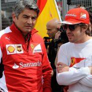 Marco Mattiacci junto a Fernando Alonso en la parrilla de Silverstone - LaF1