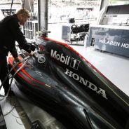 Mecánico de McLaren llena de combustible el MP4-30 - LAF1.es