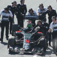 Los mecánicos de McLaren empujan el coche de Alonso tras la bandera roja - LaF1