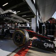 Los mecánicos de McLaren con el coche de Alonso en boxes - LaF1