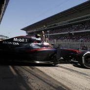 Jenson Button saliendo del box de McLaren en Barcelona - LaF1.es