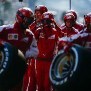 Mecánicos de Ferrari durante el GP de Baréin - LaF1