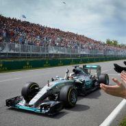 Lewis Hamilton cruzando la línea de meta en Canadá - LaF1.es