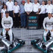 Lewis Hamilton y Nico Rosberg en la foto de familia de la escudería Mercedes - LaF1