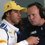 Felipe Nasr hablando con un ingeniero de Sauber - LaF1