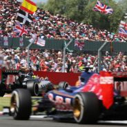 Sergio Pérez rodando por delante de Carlos Sainz en Silverstone - LaF1