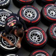 Un mecánico de Red Bull con los neumáticos Pirelli - LaF1