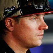Kimi Räikkönen junto a Fernando Alonso en rueda de prensa - LaF1