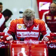Räikkönen subiéndose al SF15-T en los test de Jerez - LaF1