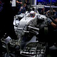 Daniel Ricciardo en el interior del box de Red Bull - LaF1