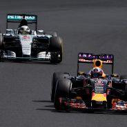 Daniel Ricciardo por delante de Lewis Hamilton en el GP de Hungría - LaF1
