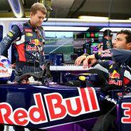 Daniel Ricciardo subiéndose al Red Bull antes de la carrera - LaF1