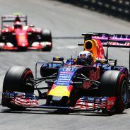 El Red Bull de Ricciardo con el Ferrari de Räikkönen a su espalda - LaF1
