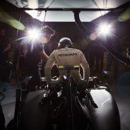 Nico Rosberg subiéndose al Mercedes en Shakir - LaF1