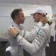 Nico Rosberg ha subido al prepodio para felicitar a Lewis Hamilton - LaF1