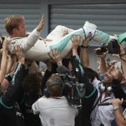 Rosberg celebró la victoria con los mecánicos del equipo - LaF1