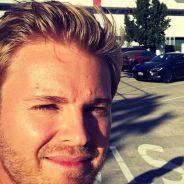 Nico Rosberg se hace un selfie antes de entrar en las instalaciones de Tesla - SoyMotor