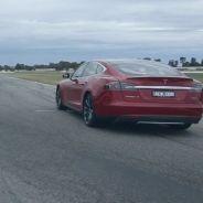 A la izquierda, el Holden Commodore V8 Supercar. A la derecha, el Tesla Model S P85D - SoyMotor