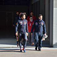 Carlos Sainz a su salida del centro médico - LaF1