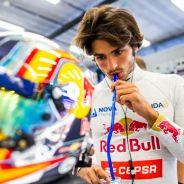 Carlos Sainz en el box de Toro Rosso durante los entrenamientos de Spa - LaF1