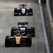 Carlos Sainz persigue a Jolyon Palmer en Bakú - LaF1