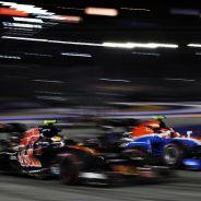 Carlos Sainz lucha con un Manor en Singapur - LaF1