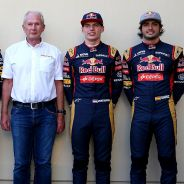 Carlos Sainz (en la derecha de la imagen) junto a Helmut Marko y los pilotos Red Bull - LaF1