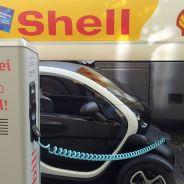 Foto en la que aparece un camión cisterna de Shell y un punto de carga eléctrico independiente - SoyMotor