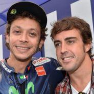 Valentino Rossi posa junto a Fernando Alonso, hoy en Mugello - LaF1