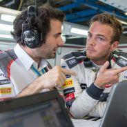 Van der Garde charlando con un ingeniero - LaF1.es