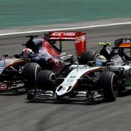 Max Verstappen adelantando a Serio Pérez por el exterior en el Gran Premio de Brasil - LaF1