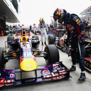 Sebastian Vettel cuida de los frenos de su RB9 en el parc fermé - LaF1