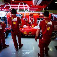 Los mecánicos de Ferrari junto al coche de Vettel en Barcelona - LaF1