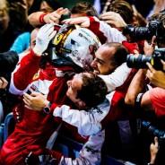 Vettel celebrando la victoria con sus mecánicos en Singapur 2015 - LaF1